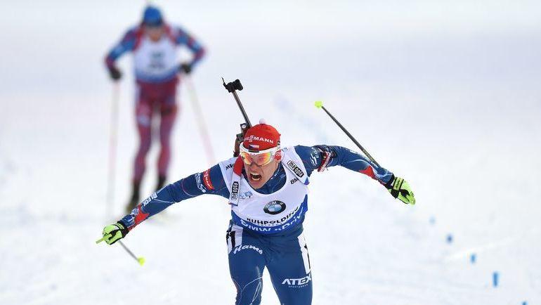 Сегодня. Рупольдинг. Михал КРЧМАРЖ опережает Антона ШИПУЛИНА на финишной прямой. Фото AFP