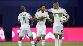 Воскресенье. Франсвиль. Алжир - Зимбабве - 2:2. 82-я минута. Партнеры поздравляют со вторым голом Рийяда МАХРЕЗА (в центре).