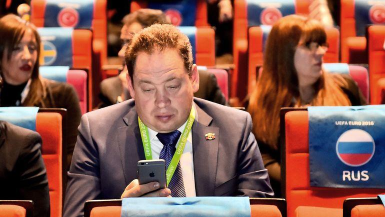12 декабря 2015 года. Париж. Так Леонид СЛУЦКИЙ выглядел на жеребьевке финального турнира Euro-2016. Фото AFP