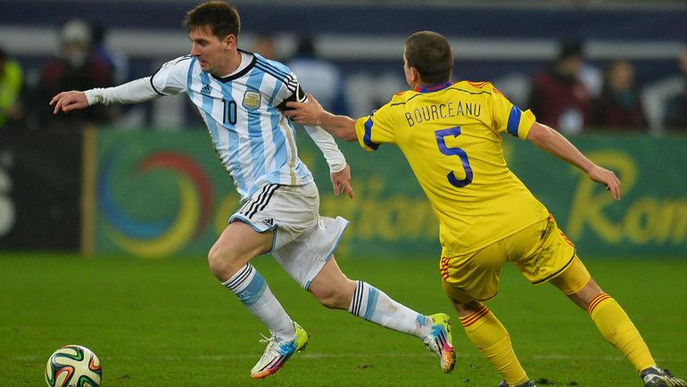 5 марта 2014 года. Бухарест. Румыния - Аргентина - 0:0. Александру БУРЧАНУ (№5) и Лионель МЕССИ. Фото AFP