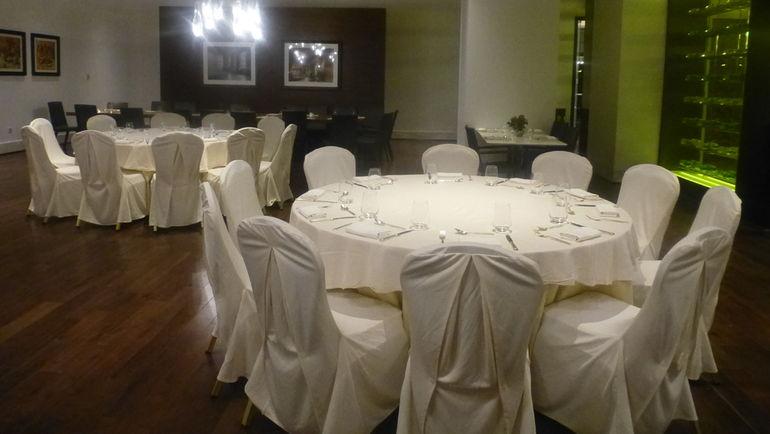 """Отсек ресторана, где будет питаться """"Спартак"""". Три стола на 9-10 человек каждый. Фото """"СЭ"""""""