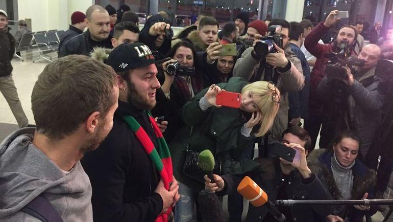 Сегодня. Шереметьево. Так встречают освобожденных из французской тюрьмы российских фанатов. Фото «СЭ»