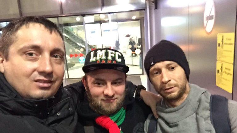 Сегодня. Шереметьево. Александр ШПРЫГИН (слева) с осужденными во Франции болельщиками. Фото «СЭ»