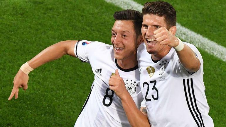 Месут ЕЗИЛ и Марио ГОМЕС на Euro-2016. Фото AFP