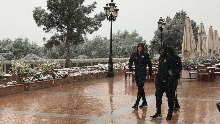 Среда. Кампоамор. На сборах в Испании армейцам теперь впору вводить новое упражнение - лепку снеговиков. Фото Дмитрий СИМОНОВ, «СЭ»