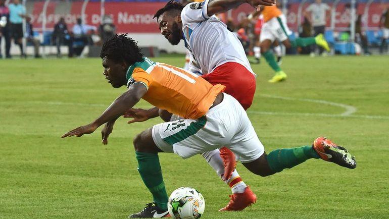 Вчера. Оем. Кот-д'Ивуар - ДР Конго - 2:2. Франк КЕССЬЕ (слева) против Жака МАГОМА. Фото AFP