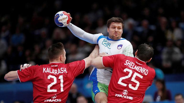 Сегодня. Париж. Словения - Россия - 32:26. Словенец Марко БЕЗЯК (с мячом) в атаке. Фото AFP