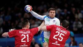 Сегодня. Париж. Словения - Россия - 32:26. Словенец Марко БЕЗЯК (с мячом) в атаке.