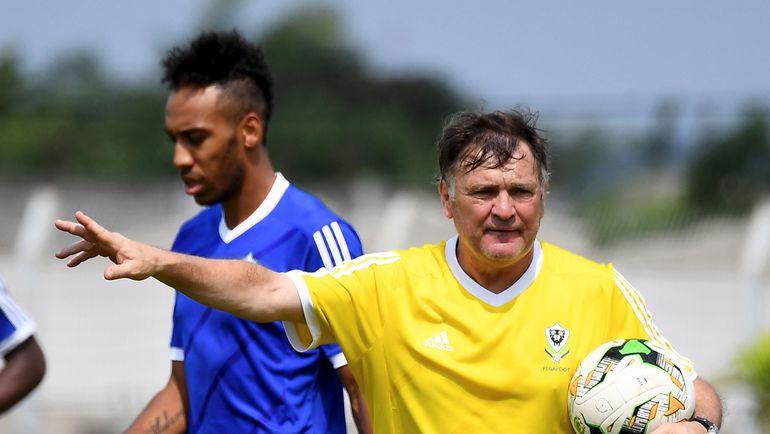 Главный тренер сборной Габона Хосе Антонио КАМАЧО (справа) и Пьер-Эмерик ОБАМЕЯНГ. Фото AFP