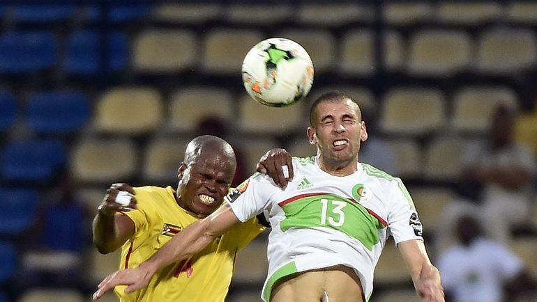 Нападающий сборной Алжира Ислам СЛИМАНИ против полузащитника Зимбабве Уилларда КАТСАНДЕ. Фото AFP