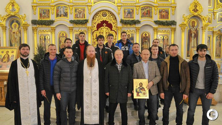 Сегодня. Москва. Сборная России по хоккею с мячом в храме святителя Николая на трех горах.