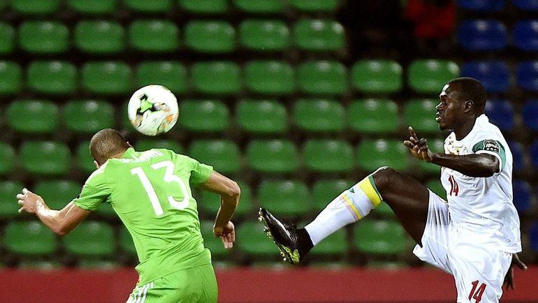 Вчера. Франсвиль. Сенегал - Алжир - 2:2. Сенегалец Зарго ТУРЕ (справа) против Ислама СЛИМАНИ. Фото AFP