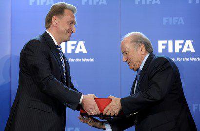 Первый вице-премьер России Игорь ШУВАЛОВ (слева) передает Заявочную книгу президенту ФИФА Зеппу БЛАТТЕРУ. Фото AFP Фото AFP