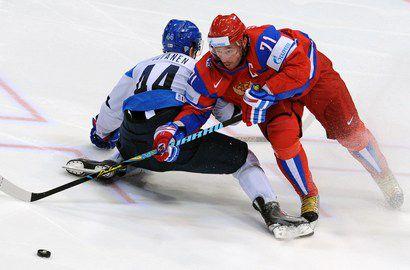 Второй номер драфта КХЛ Сами ВАТАНЕН (слева) на чемпионате мира противостоял Илье КОВАЛЬЧУКУ. Фото AFP Фото AFP