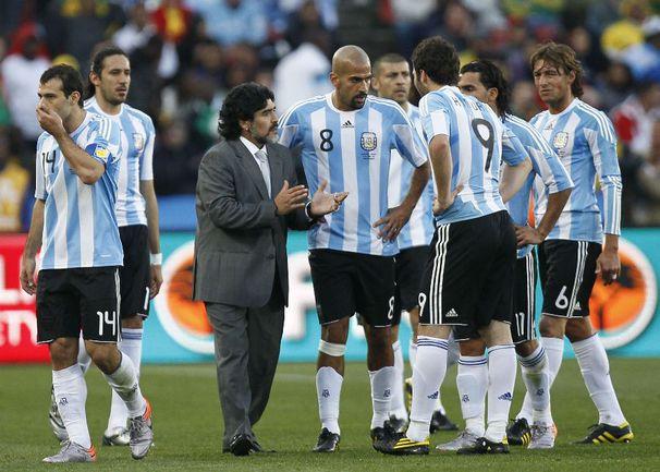 Сегодня. Йоханнесбург. Аргентина - Нигерия - 1:0. Главный тренер аргентинцев Диего МАРАДОНА подбадривает своих подопечных. Фото AFP Фото AFP