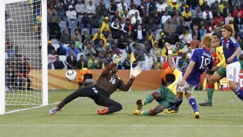 Кейсуке ХОНДА (справа) забивает победный гол сборной Японии в ворота камерунцев. Фото REUTERS Фото Reuters