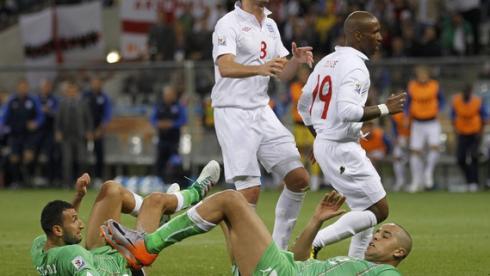 Сегодня. Кейптаун. Англия - Алжир - 0:0. Игроки сборной Англии Фрэнк ЛЭМПАРД (слева) и Джермэйн ДЕФО разочарованы очередной неудачной атакой. Фото REUTERS Фото Reuters