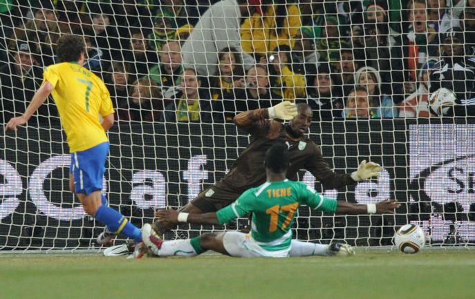 Воскресенье. Йоханнесбург. Бразилия – Кот-д'Ивуар – 3:0. ЭЛАНУ (справа) забивает третий мяч в ворота Бубакара БАРРИ. Фото AFP Фото AFP