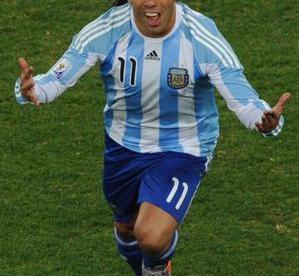 Воскресенье. Йоханнесбург. Аргентина - Мексика - 3:1. Карлос ТЕВЕС празднует свой второй мяч в ворота мексиканцев. Фото AFP Фото AFP