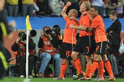 Сегодня. Дурбан. Голландия - Словакия - 2:1. Игроки сборной Голландии празднуют успех. Фото AFP Фото AFP