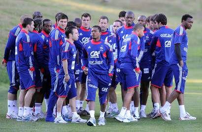 20 июня. Футболисты сборной Франции покидают поле за несколько минут до начала тренировки. Фото AFP Фото AFP