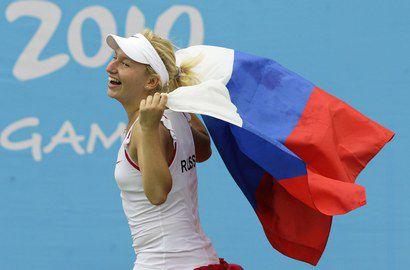Дарья ГАВРИЛОВА празднует победу на Юношеских Олимпийских играх с российским триколором. Фото REUTERS Фото Reuters