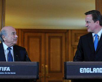 Сегодня. Лондон. Даунинг-стрит, 10. Дэвид КЭМЕРОН и Зепп БЛАТТЕР. Фото AFP Фото AFP