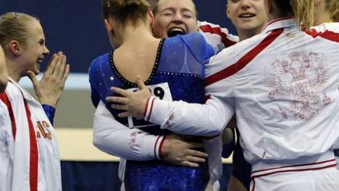 Сегодня. Роттердам. Российские гимнастки празднуют победу в командных соревнованиях на чемпионате мира. Фото REUTERS Фото Reuters