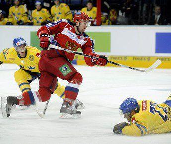Денис КУЛЯШ атакует ворота сборной Швеции. Фото AFP Фото AFP