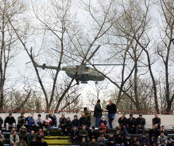 """Вертолеты не впервые привлекаются для обеспечения безопасности на матчах премьер-лиги. Фото Григория ФИЛИППОВА Фото """"СЭ"""""""