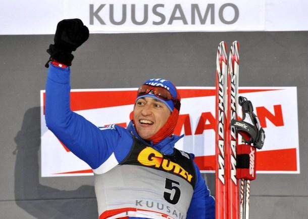 Воскресенье. Куусамо. Александр ЛЕГКОВ празднует победу в гонке на 15 км. Фото AFP