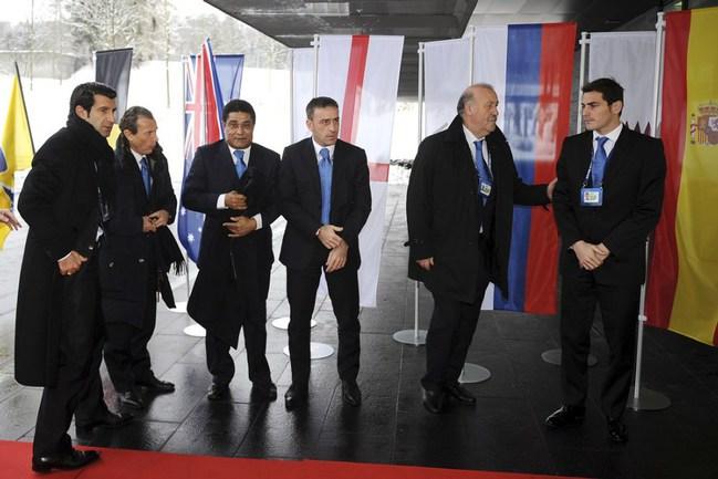 Сегодня. Цюрих. Первые лица заявки Испании и Португалии Висенте ДЕЛЬ БОСКЕ и Икер КАСИЛЬЯС. Фото AFP Фото AFP