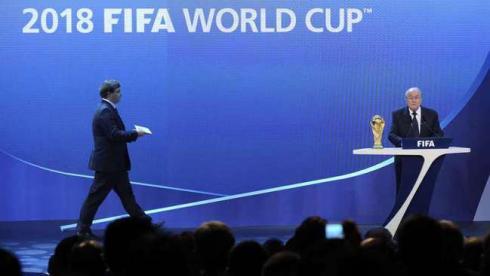 Вчера. Цюрих. Доставка конверта с результатами выборов президенту ФИФА Йозефу Блаттеру перед объявлением страны - хозяйки ЧМ-2018. Фото AFP Фото AFP