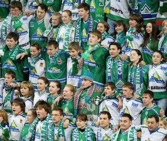 """Болельщики """"Салавата"""" празднуют победу своей команды. Фото КХЛ Фото «СЭ»"""