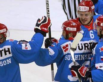 Армейцы поздравляют Максима СУШИНСКОГО с первым голом в ворота канадцев. Фото REUTERS Фото Reuters