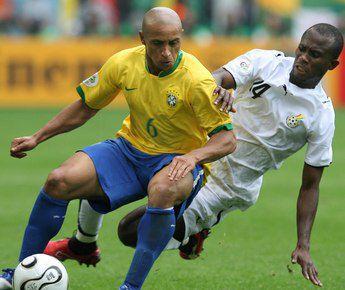 27 июня 2006 года. Дортмунд. Чемпионат мира. 1/8 финала. Бразилия - Гана - 3:0. В игре РОБЕРТО КАРЛОС. Фото AFP Фото AFP