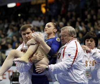 Вчера. Берлин. Только что Алия МУСТАФИНА получила серьезную травму колена. Фото REUTERS Фото Reuters