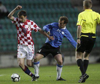 26 мая 2010 года. Таллин. Эстония - Хорватия - 0:0. Милан БАДЕЛЬ (слева) против Константина ВАСИЛЬЕВА. Фото REUTERS Фото Reuters