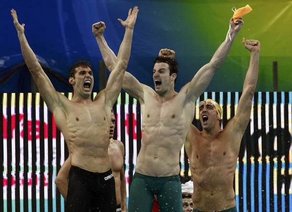 Сегодня. Шанхай. Австралийские пловцы празднуют победу в кролевой эстафете 4х100 м. Фото REUTERS Фото Reuters