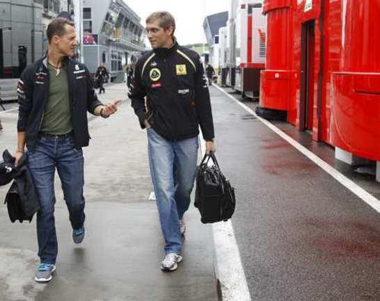 Виталий ПЕТРОВ (справа) и Михаэль ШУМАХЕР. Фото REUTERS Фото Reuters