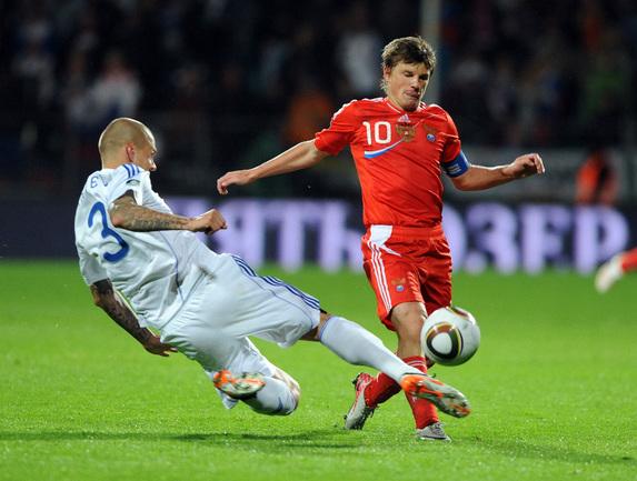 Пятница. Жилина. Словакия - Россия - 0:1. Андрей АРШАВИН (справа) уходит от Мартина ШКРТЕЛА. Фото AFP Фото AFP