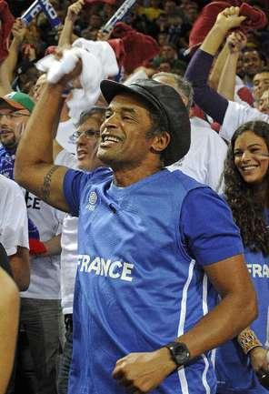 """Бывший чемпион """"Ролан Гаррос"""" Янник НОА с трибуны поддерживает баскетбольную сборную Франции, за которую выступает его сын. Фото AFP Фото AFP"""