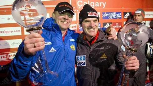 Александр ЗУБКОВ и Максимилиан АРНДТ (справа) с главными трофеями Кубка мира. Фото REUTERS Фото Reuters