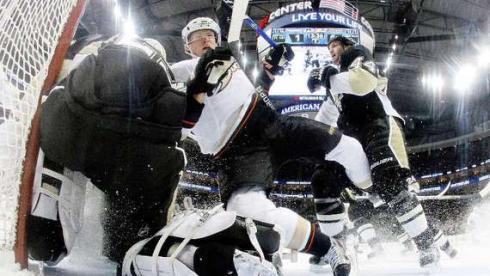 "Обороне ""Анахайма"" удалось сдержать натиск ""Питтсбурга"". Фото AFP Фото AFP"