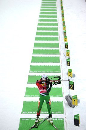Дарья ДОМРАЧЕВА, несмотря не провальную стрельбу, все равно финишировала первой в гонке преследования. Фото AFP Фото AFP