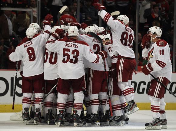 """Сегодня. Чикаго. """"Чикаго"""" - """"Финикс"""" - 0:4. Игроки """"Койотс"""" празднуют первый в своей истории выход в четвертьфинал плей-офф НХЛ. Фото AFP Фото AFP"""