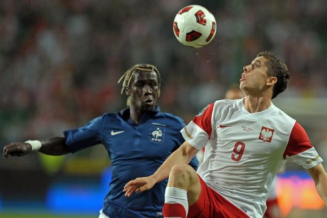 Главная ударная сила сборной Польши - нападающий Роберт ЛЕВАНДОВСКИ (справа). Фото AFP Фото AFP