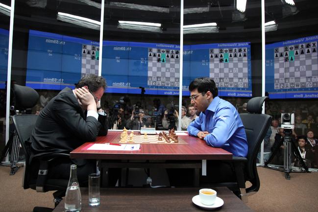 Вишванатан АНАНД (справа) вырвал победу в матче с Борисом ГЕЛЬФАНДОМ на тай-брейке. Фото Анастасии КАРЛОВИЧ Фото «СЭ»