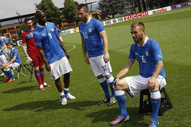 30 мая. Коверчано. Футболисты сборной Италии на тренировке команды. Фото REUTERS Фото Reuters