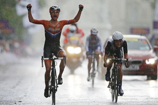 Сегодня. Лондон. Ольга ЗАБЕЛИНСКАЯ (на дальнем плане) в женской групповой гонке пропустила вперед только Марианну ВОС и Элизабет АРМИСТЕД. Фото AFP Фото AFP